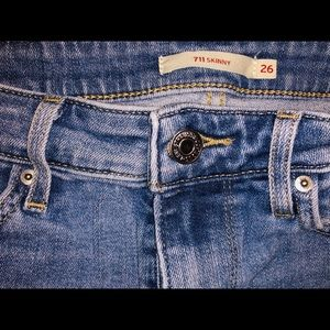 711 Levi's Mid Rise Skinny Jean